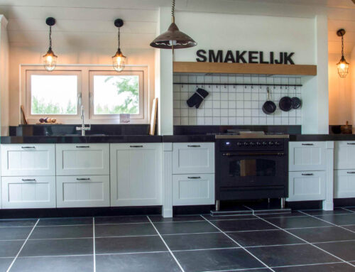 Witte landelijke keuken met zwart graniet