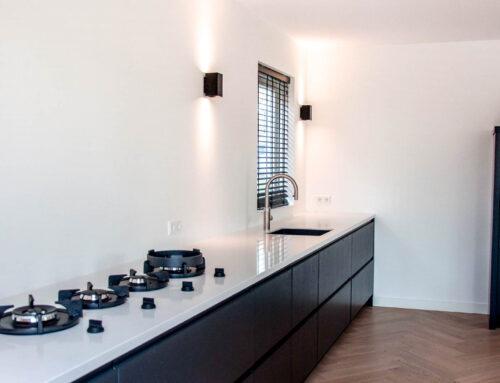 Moderne zwart witte keuken met PITT Cooking